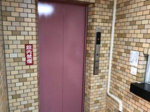 赤いエレベーター