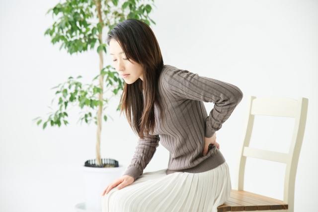 座っ て 立つ と 腰 が 痛い